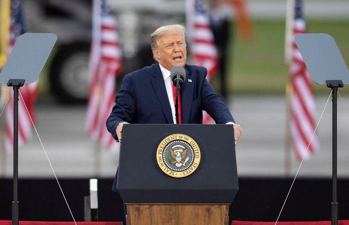 De Amerikaanse president Donald Trump tijdens zijn speech op de luchthaven van Freeland in Michigan.