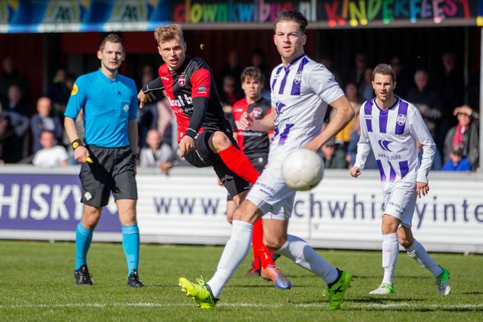 Niek Versteegen van De Treffers haalt uit tegen VVSB.