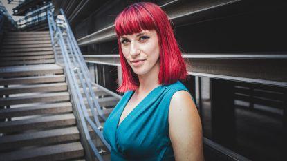 """Burlesk-danseres Zoe Bizoe staat opnieuw op Gentse Feesten na aanval met Duvelglas vorig jaar: """"Veel geluk gehad, slagader net niet geraakt"""""""