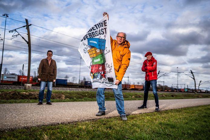 Koos Nijssen en buurtgenoten met een affiche tegen de railterminal.