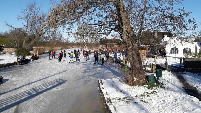 Enorme schaatsdrukte bij de Otterskooi in Dwarsgracht donderdagmiddag.