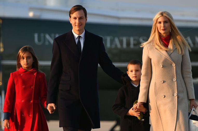 Ivanka Trump met haar echtgenoot Jared Kushner en hun kinderen Arabella en Joseph. Beeld AFP