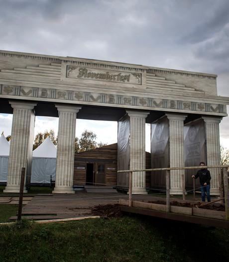 Novemberfest bouwt 'Esbacher Tor' in Esbeek