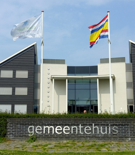 Vlag tegen abortus en euthanasie wappert maandag bij het gemeentehuis van Tholen