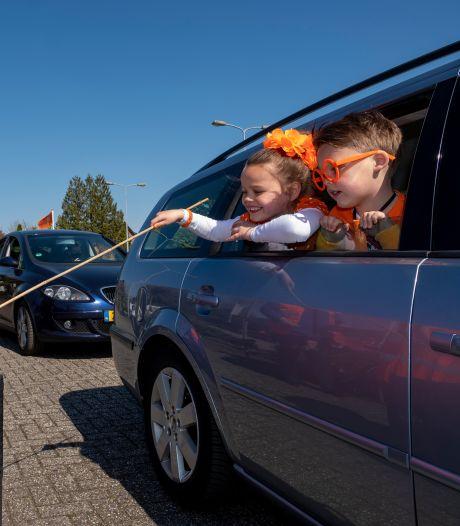 Blikgooien en hengelen: Koningsdag vanuit de auto is in Wezep bijna 'als vanouds'