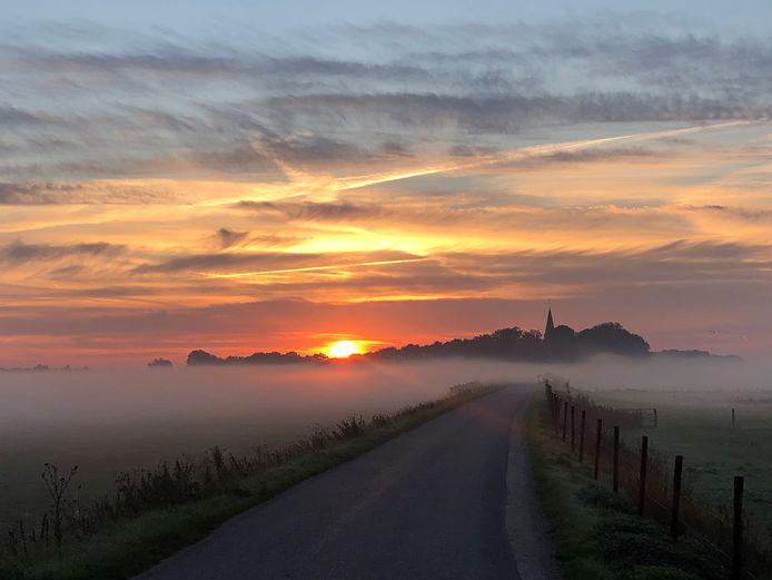 Erik-jan van Sas uit Nijmegen maakte tijdens zijn ochtendrun een prachtige foto van de zonsopkomst bij Persingen.