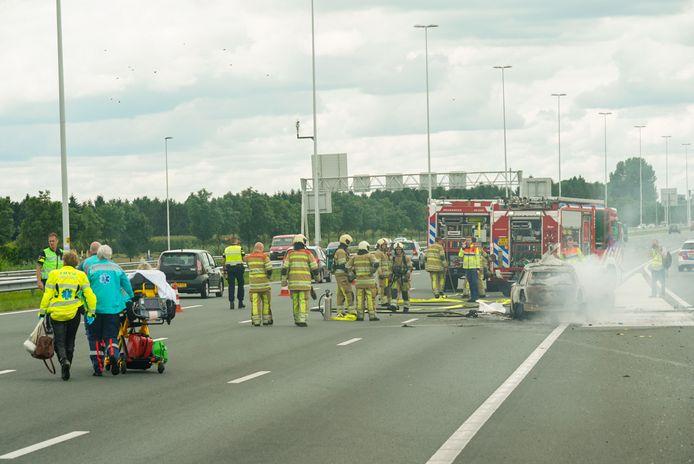 Het voertuig vloog in brand nadat het achterop een bakwagen botste.