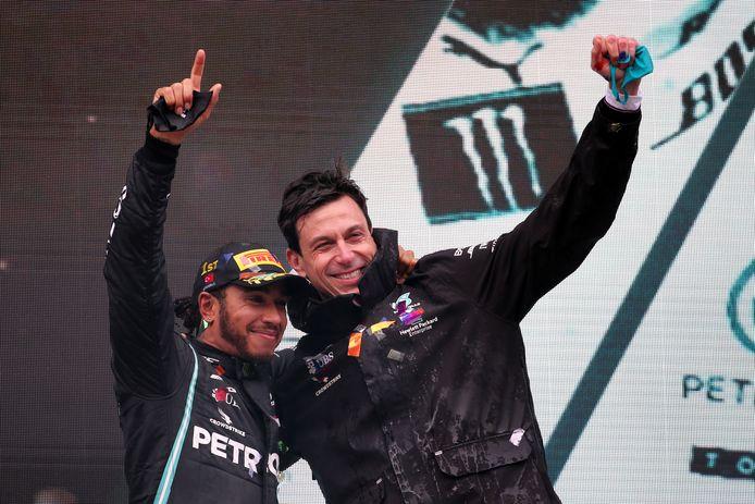 Lewis Hamilton en Toto Wolff op 15 november 2020 na de gewonnen Grand Prix in Istanbul.