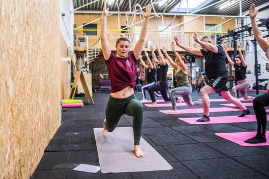 Evelien Nederhoed leidt de demonstratieles in functioneel yoga bij  NoGravity CrossFit in Arnhem.