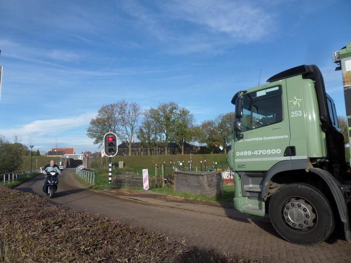 Stoplichten regelen het verkeer bij de vesting Woudrichem.