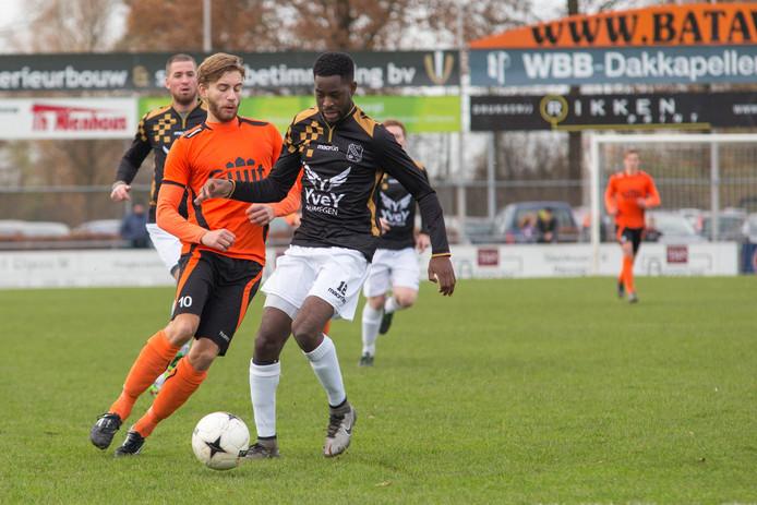 Sergio Vieira van Alverna schermt de bal af met aanvaller Evert Palm van De Bataven in de rug.