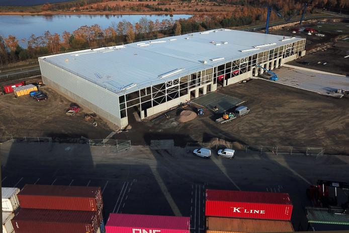 De hallen die zonder vergunning zijn gebouwd bij de containerhaven in Budel-Dorplein.