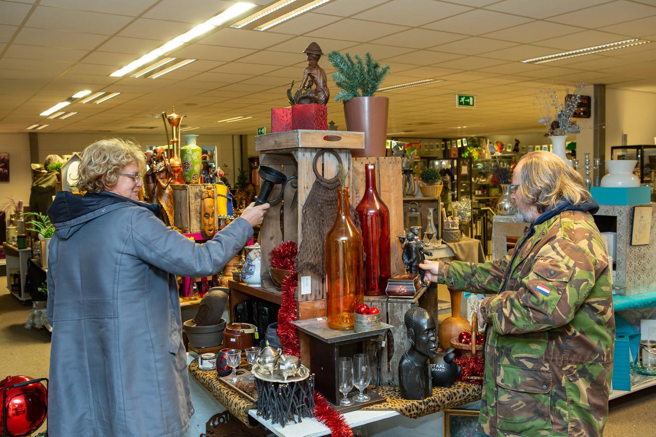 Een foto van vorig jaar: veel bekijks voor allerlei spulletjes bij de Kringloop in Roosendaal.