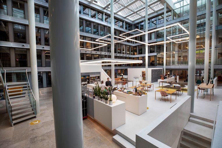 Een bijna leeg kantoor in Amsterdam. Het is onzeker of kantoren na de coronapandemie weer vol zitten. Beeld Werry Crone