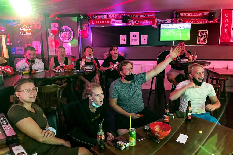 Het is binnen. Antwerp heeft Club Brugge verslagen. Vreugde in Café Daniel's.