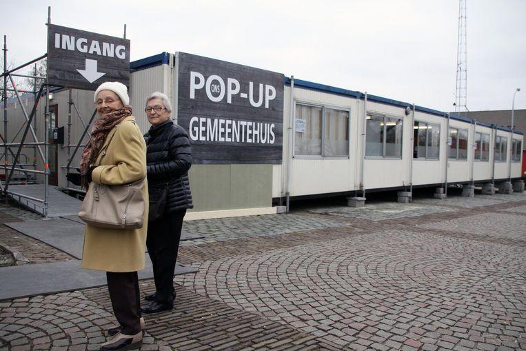 Deze inwoners hebben alvast de weg naar hun nieuwe pop-up gemeentehuis al gevonden.