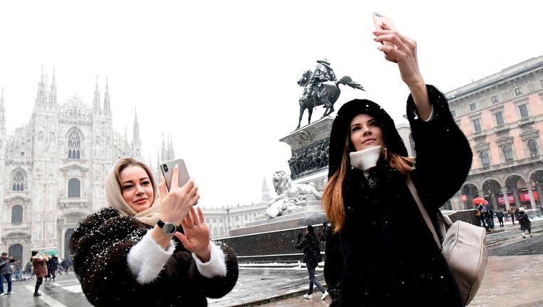 Toeristen in Milaan maken een selfie. Beeld afp