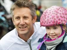 Edwin van der Sar deelt gratis fietshelmen uit aan Doetinchemse kinderen