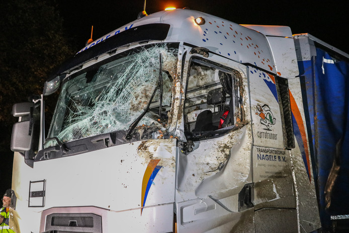 De gebutste en zwaar beschadige cabine van de vrachtwagen.