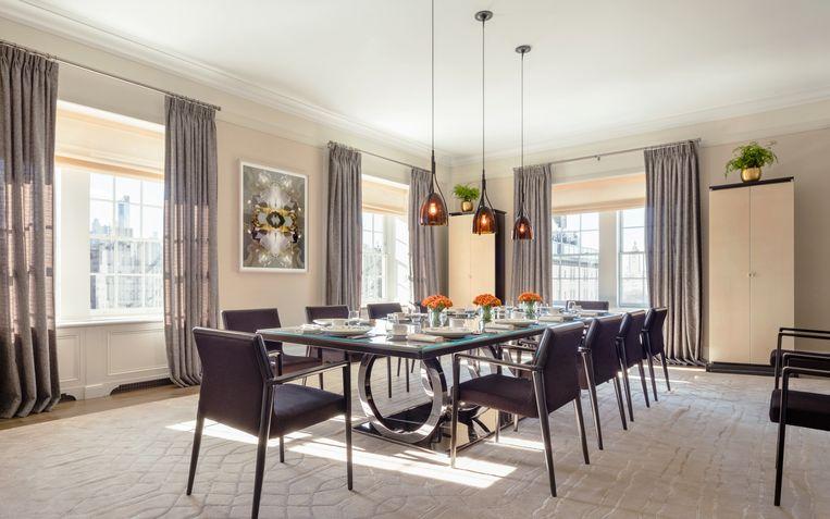 De moderne tafel biedt plaats aan tien personen.