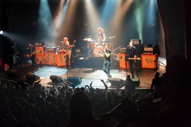 Eagles of Death Metal op het podium van de Bataclan, vlak voor de terroristen de concertzaal binnenvielen. Beeld AFP