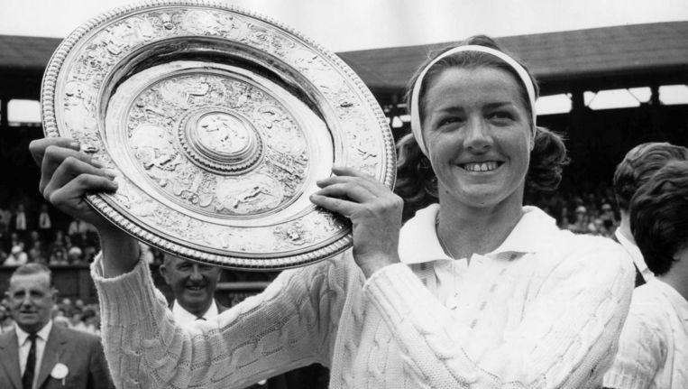 Margaret Court met de schaal van Wimbledon in 1963 Beeld anp