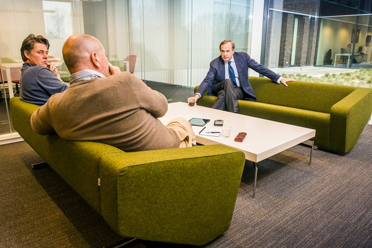 Guillaume Van der Stighelen en Yves Desmet op de sofa bij Thomas Leysen. Beeld Stefaan Temmerman