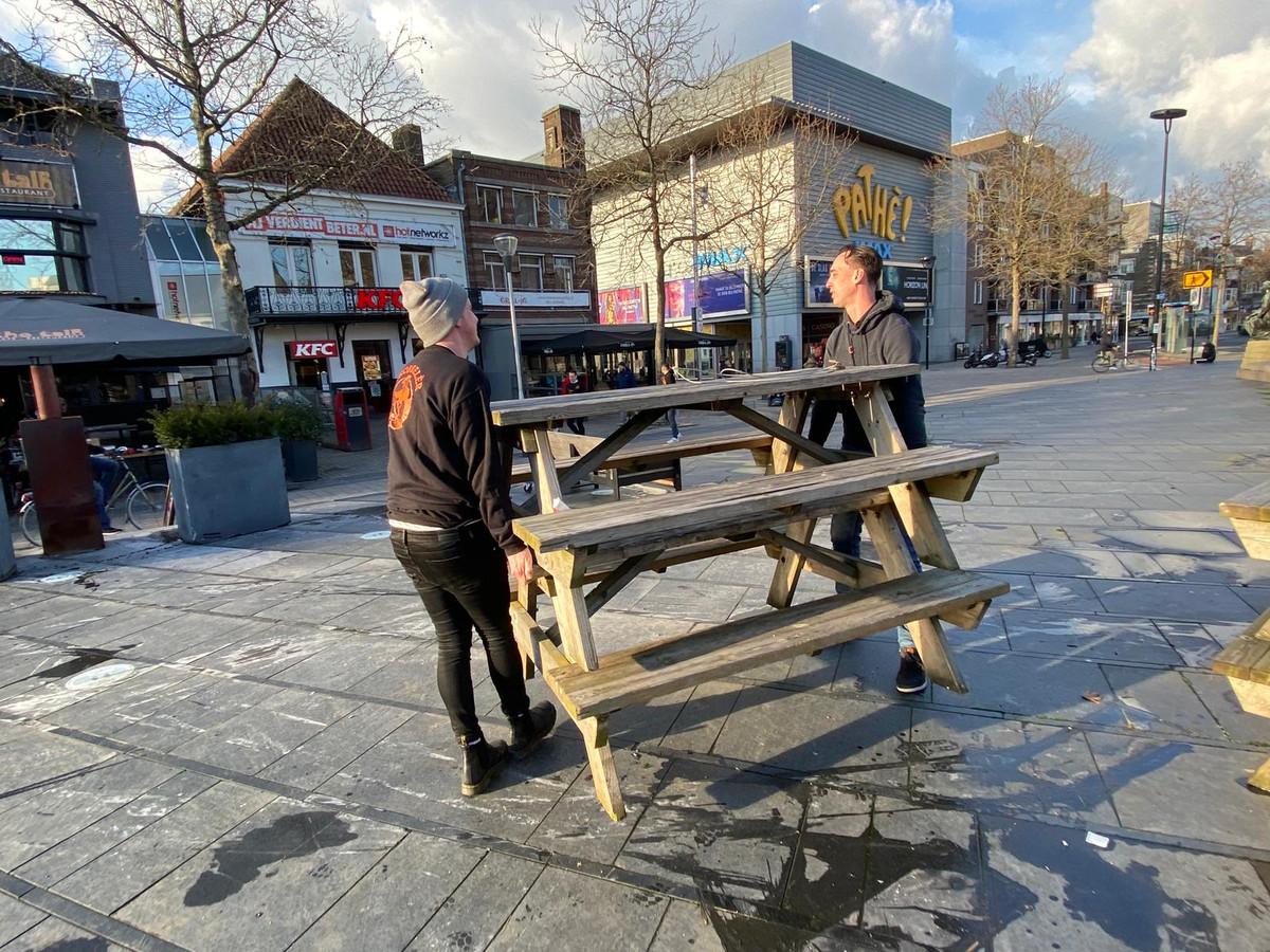 Personeel van The Talk ruimt het terras op na de rellen van zondag