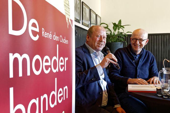 Schrijver René den Ouden (links) las zaterdag enkele passages voor uit eigen werk.