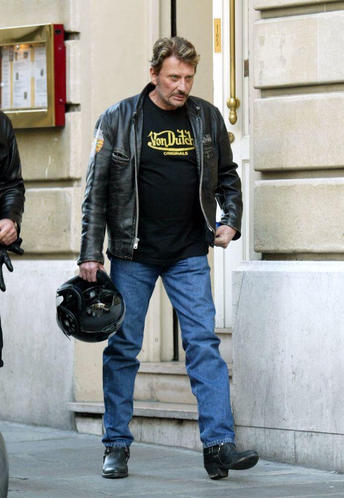 Johnny Hallyday avec sa moto, Triumph, dans les rues de Paris en mars 2003.