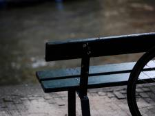 De gemeente heeft drie bloembakken in de straat geplaatst die introvert wachten op de lente