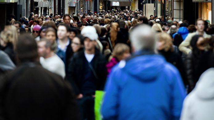 Winkelend publiek in de Kalverstraat.