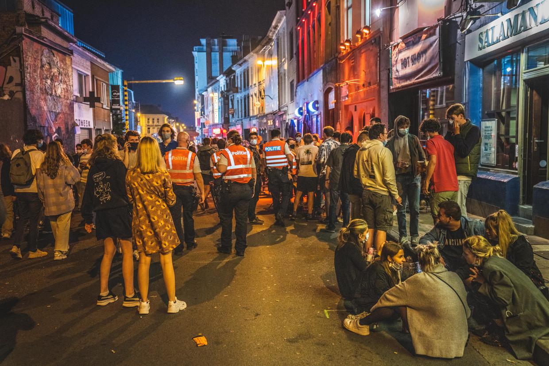 Veiligheids- en afstandsregels waren iets van vorig academiejaar in de Gentse Overpoortstraat gisteren. Beeld Wannes Nimmegeers