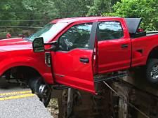 Un pont s'effondre sur son passage, il se retrouve coincé dans sa voiture