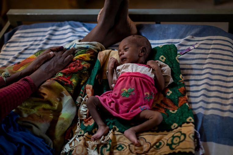 Een meisje van 20 dagen wacht op behandeling in een tent van een kliniek in Abi Adi, in de regio Tigray. Beeld AP