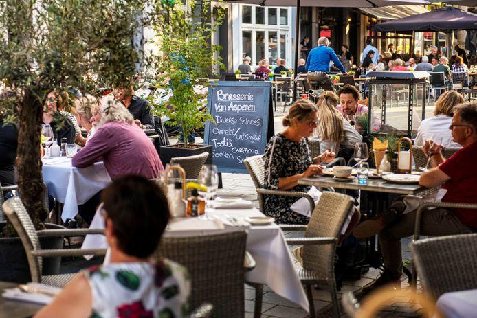 Het terras van Brasserie van Asperen aan de Veemarktstraat in Breda.