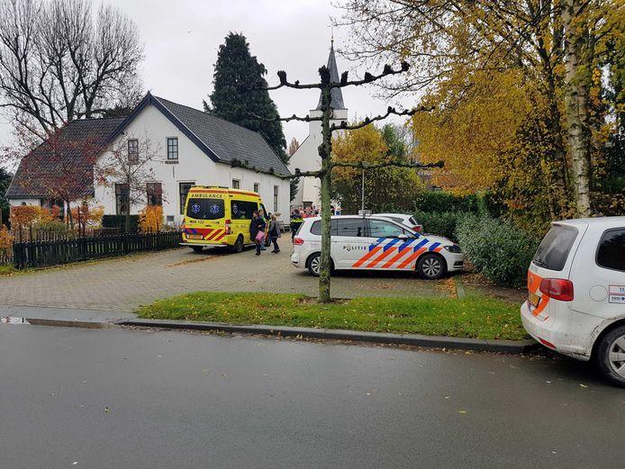 Archieffoto: Hulpdiensten bij de protestantse kerk in Rhenoy waar de zwaar mishandelde predikante van de kerk werd gevonden.