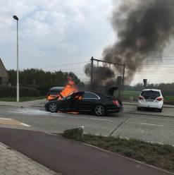 Auto brandt helemaal uit in Kapelleveldstraat