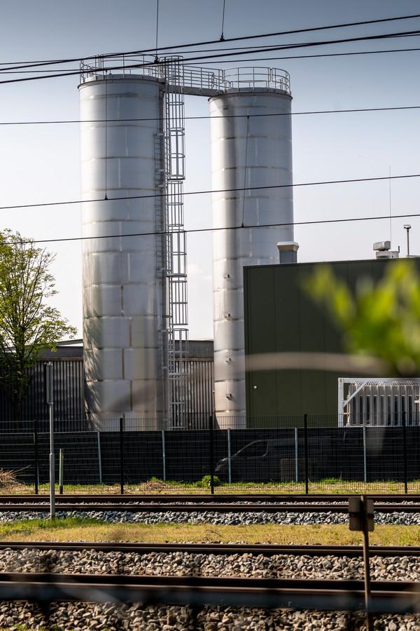 De twee watertanks die zonder vergunning werden geplaatst op het terrein van Vion in Boxtel.