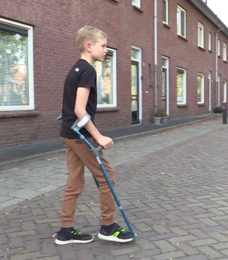 10-jarige Benjamin loopt jaar na zwaar ongeluk 'mini-marathon' op krukken