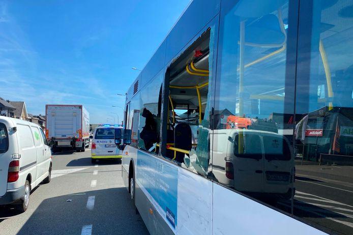 Door de aanrijding ter hoogte van de afrit van Erpe-Mere begaven twee ruiten van lijnbus 91.