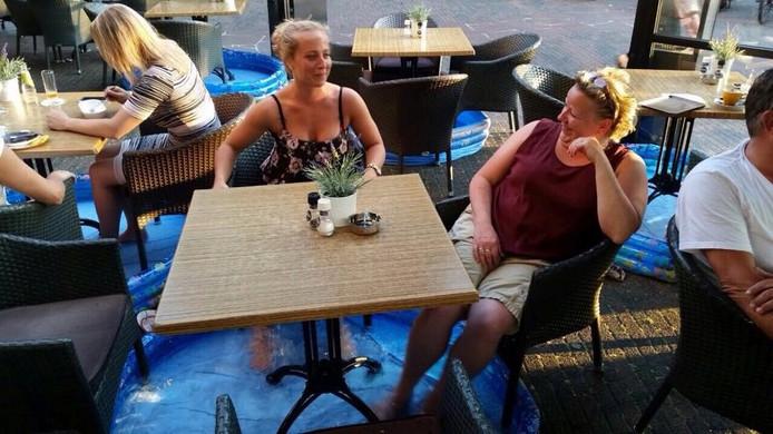 Bij bar-restaurant De Vrienden aan het Stationsplein in Eindhoven houden ze het goed koel op het terras dankzij de zwembadjes onder alle terrastafels.