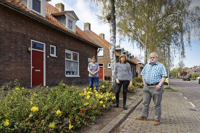 Irena Danklof, Ineke Steenbakkers en Tonny van Esch in hun geliefde Jan van Brabantstraat. Het rijtje van drie, waar Danklof en Steenbakkers in wonen, komt volgens Woonstichting Joost in aanmerking om gesloopt te worden.