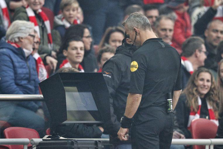 Feyenoordspeler Jeremiah St. Juste krijgt een rode kaart nadat scheidsrechter Bjorn Kuipers de VAR heeft geraadpleegd. Beeld ANP Pro Shots