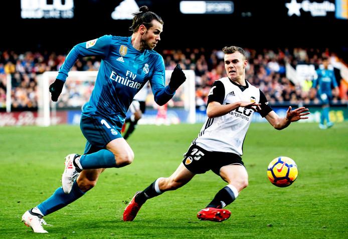 Toni Lato (r) in duel met Gareth Bale.