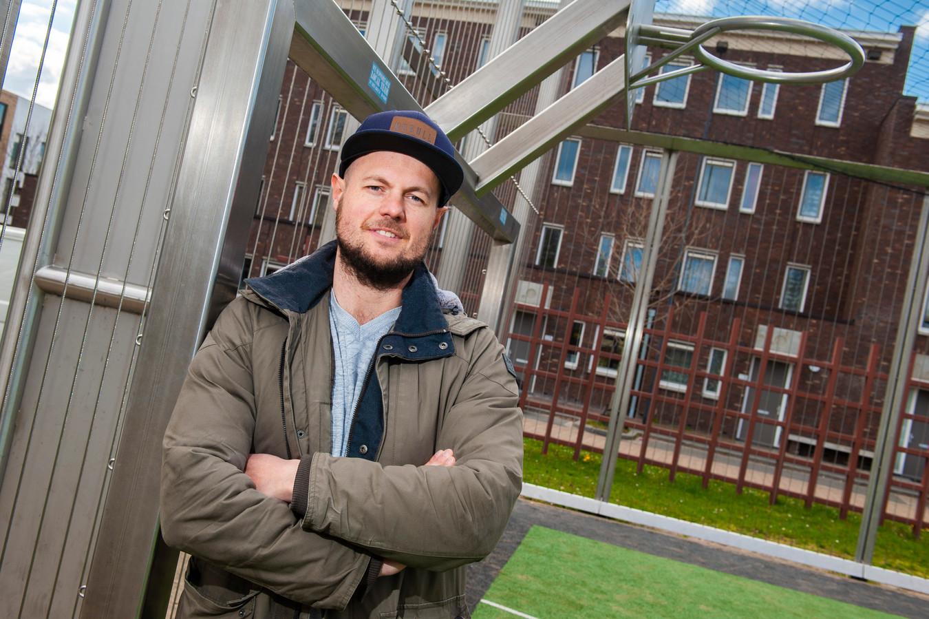Gabor Martens in de voetbalkooi in Boschveld.