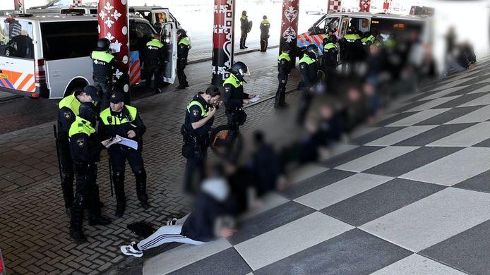 Een grote groep voetbalsupporters had het plan om met elkaar op de vuist te gaan in Delft.