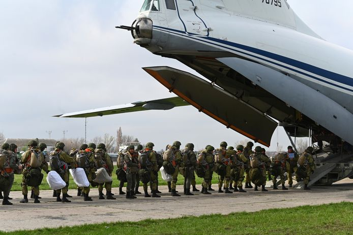 Russische parachutisten tijdens de oefening in Tagarog, in West-Rusland.