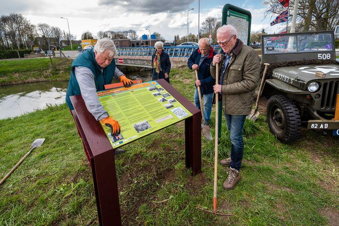 Bemmel, 13 april 2021. Plaatsing paneel 'Opdat wij niet vergeten' op Goudsbloempad langs de Linge. 216379.  dgfoto . Foto: Gerard Burgers