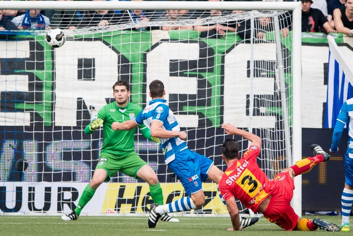 Vlak voor rust maakt GAE de gelijkmaker. Sander Fischer scoort zijn eerste goal in de eredivisie voor Go Ahead Eagles.